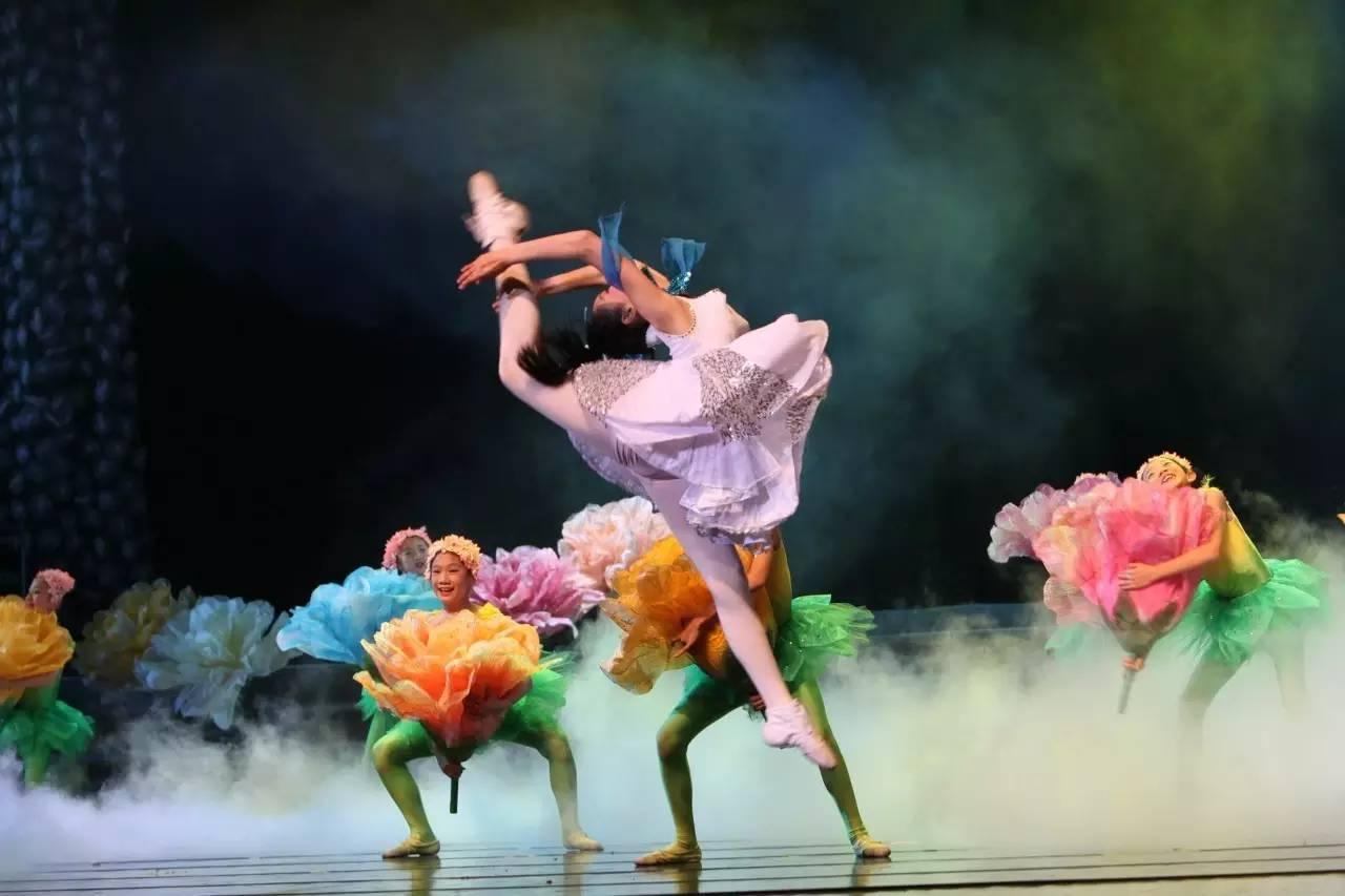 论舞蹈服装的装饰作用在舞台上的表现艺术!