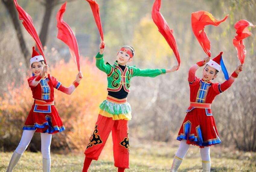 内蒙古大草原青格尔学生舞蹈演出服装生产厂家定制生产!