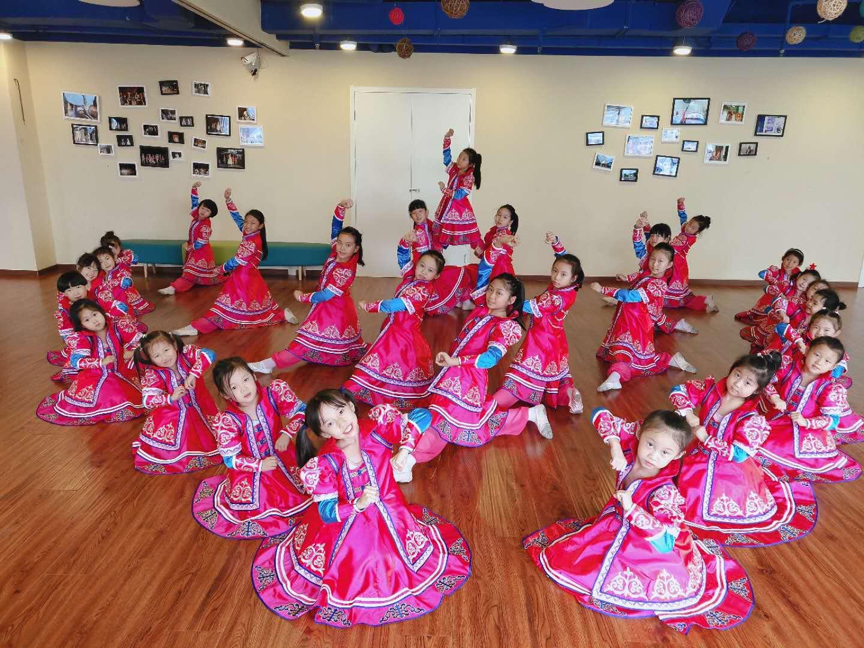 小学生蒙古舞排练现场学生演出服装试穿排练