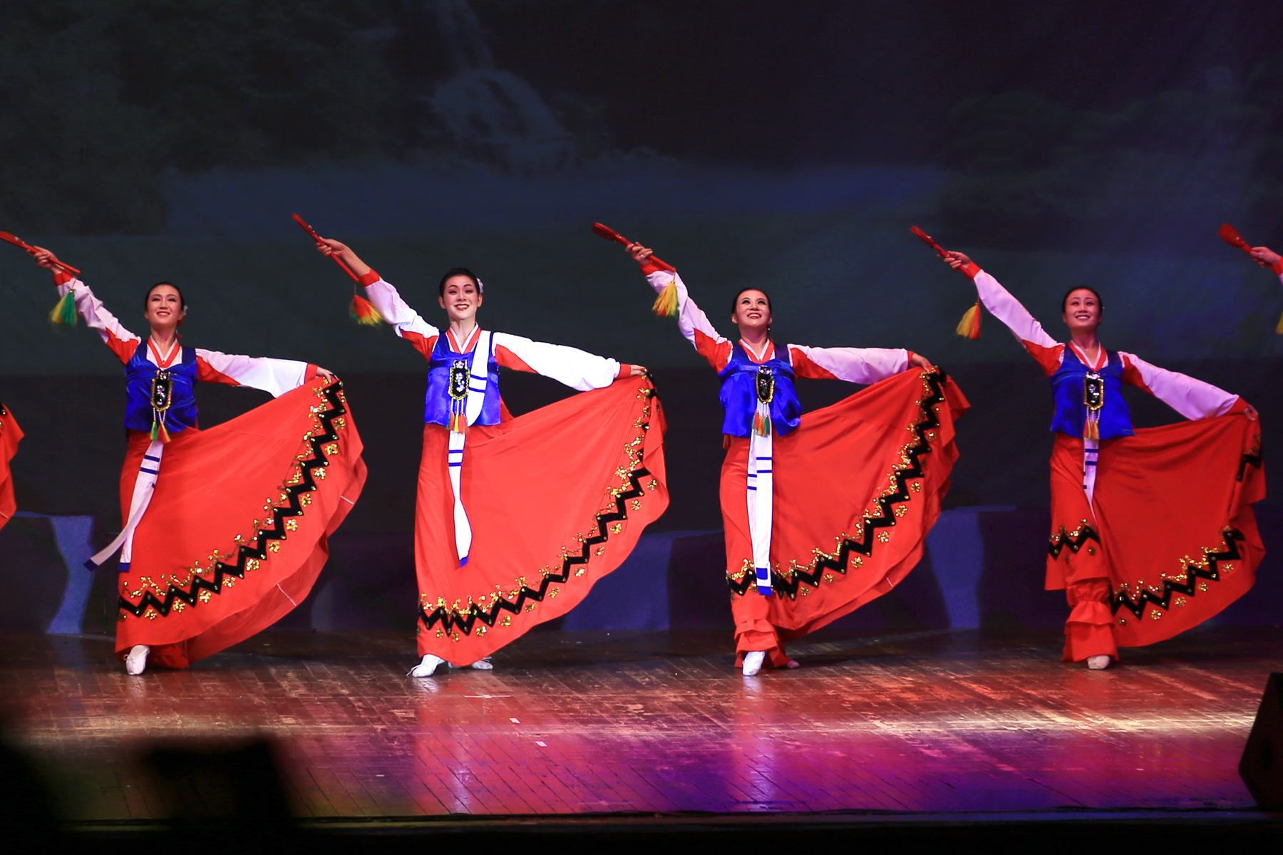 演出服装那么多,还是觉得民族演出服最有特色。
