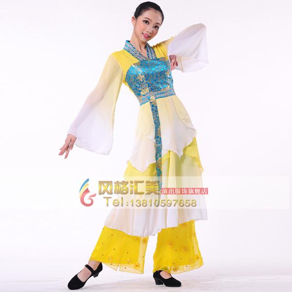 中國古典舞是在繼承和發展戲曲舞蹈藝術的基礎上,經過吸收武術、民間舞蹈、書法、國畫、石窟、畫磚、雕塑、詩詞以及古代文獻史料等一系列民族傳統文化精髓而成長起來的舞蹈藝術種類.因此,古典舞服裝設計在主動性上受到了舞蹈主體的約束,舞蹈服裝設計者在設計前需要與舞蹈編導密切配合溝通,使服裝與舞蹈一致,只有協調一致才能產生完美的藝術效果和視覺效果。    作為構成古典舞審美要素的服裝,是構成古典舞舞美形象的重要部分,是舞者在表達舞技時劇情人物形象的修飾與強調.
