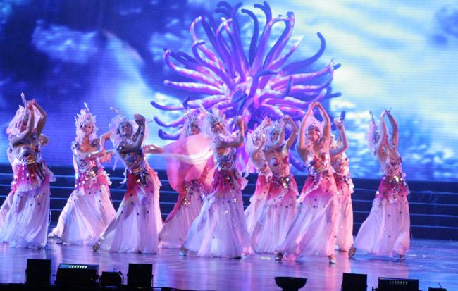 """舞蹈是一门综合艺术,它以艺术的人体动作为基础,表现人们的思想感情与社会生活。舞蹈服装则是整个舞蹈艺术达到完美舞台效果的重要有机组成部分。舞蹈服装设计也就必须紧紧为整个舞蹈艺术服务。    舞蹈的艺术题材是多种多样的,是""""主旋律""""与""""多样化""""的结合。每个题材,舞蹈服装定制都要求与之相适应。反过来说,不同的服装要为不同的题材服务。    风格汇美演出服饰有限公司创始于2005年,专注于演出服饰,舞蹈服饰,设计,生产,销售一体的品牌。公司总部坐落于北京CBD繁"""