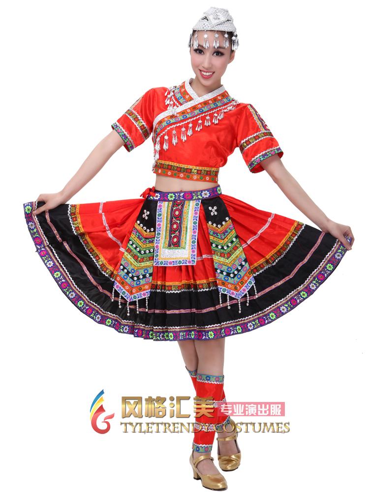"""在民族舞蹈中,民族舞蹈服饰起到了一个十分重要的特征作用,只要观众一看到舞者所穿的服装,就能够联想到这个民族的民族特征,所以说,民族舞蹈与舞蹈服饰之间的关系是密不可分的,一个好的民族舞蹈作品,一定是由得体而又风格独特的舞蹈服饰所烘托的。民族舞蹈服饰有哪些特点? 1、具有强烈的民族文化性 我国的民族舞蹈服装文化具有强烈的民族文化性,它表现在宗教、社会与民俗等方面。民族舞蹈服装在很大程度上都保持着该民族原始崇拜的意义。如苗族舞蹈服装样式繁多、色彩艳丽,其中著名的是""""好五色衣裳"""",唐代大诗"""